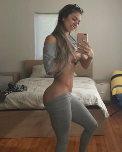 Anllela-Sagra-hand-bra-selfie
