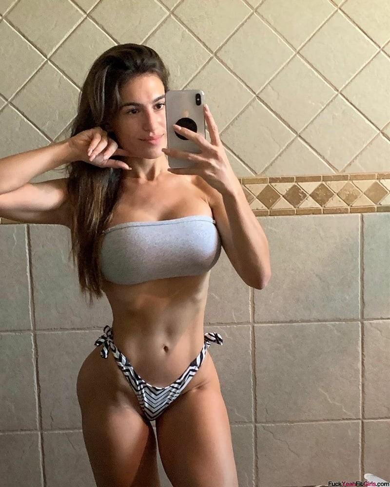 busty-fit-girl-selfie-03