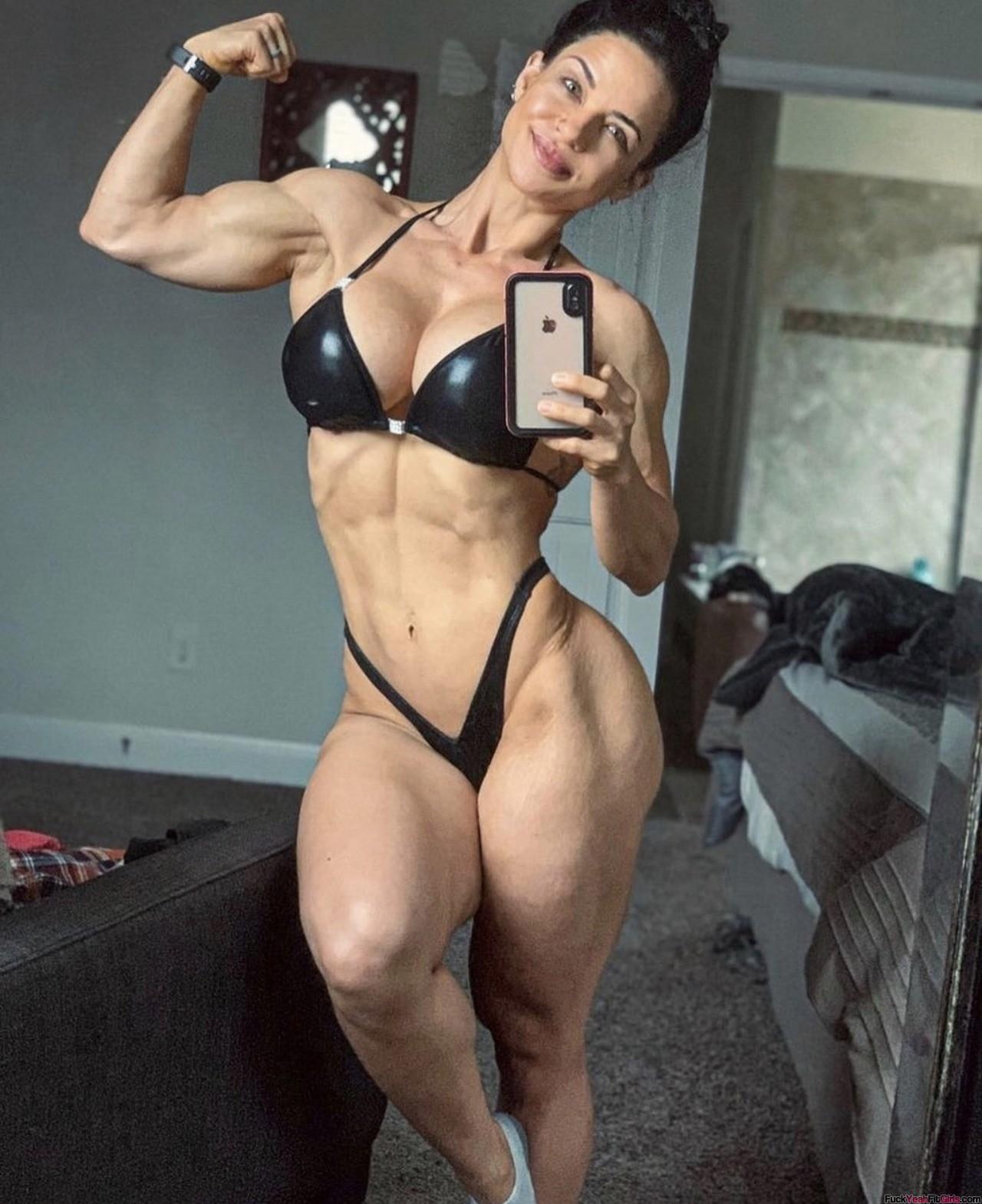 busty-muscle-babe-selfie