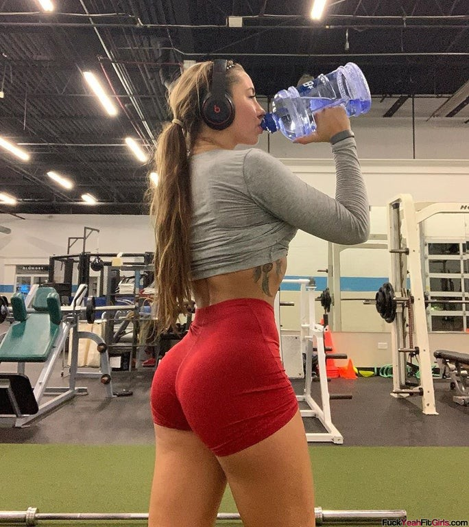 fit-girl-tight-workout-shorts-02