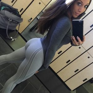 fit-girl-yoga-pants-booty-selfie