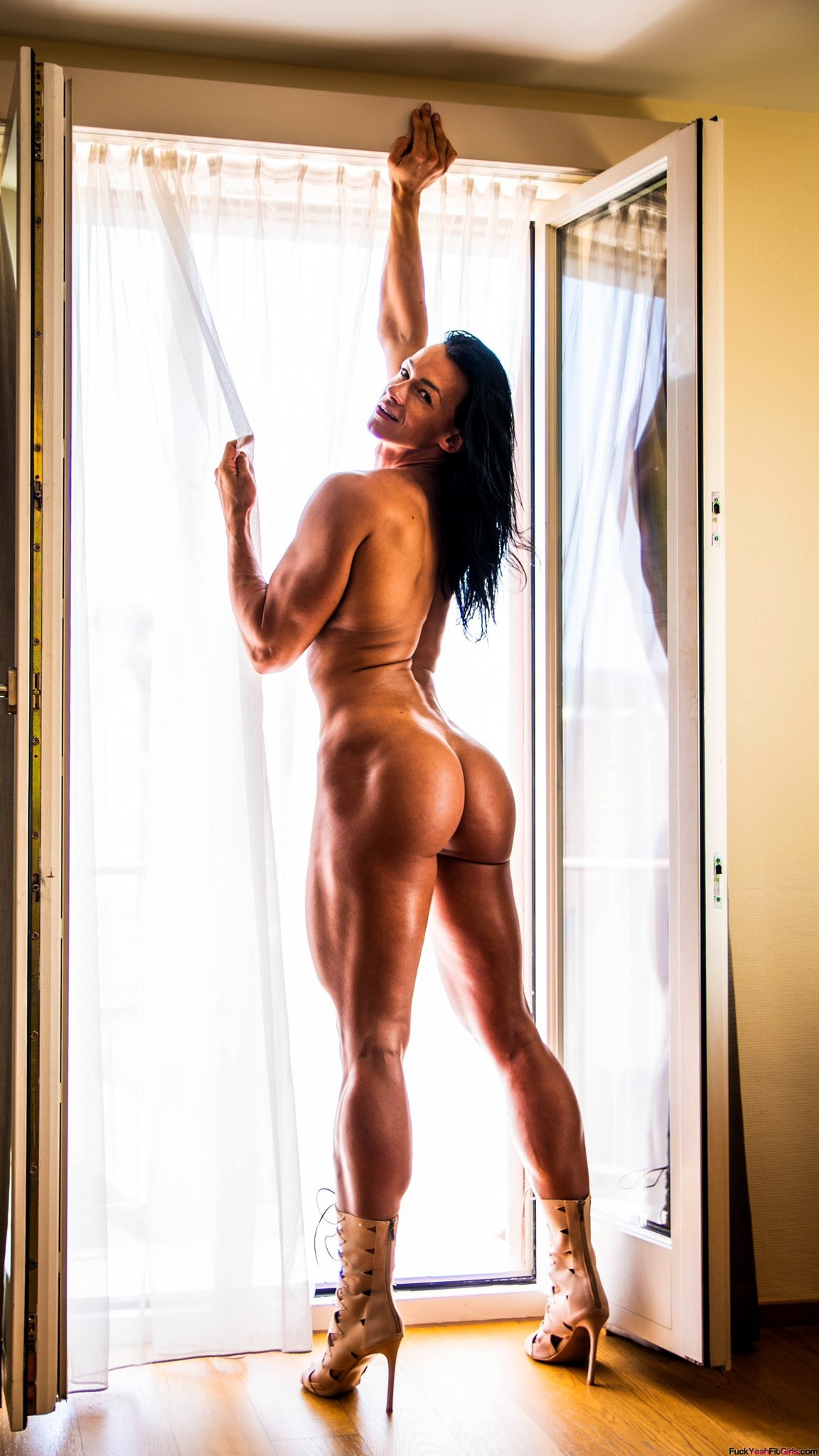 fit-muscle-babe-nude