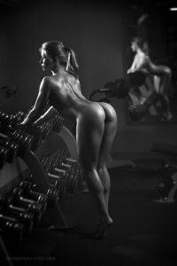 hot-naked-gym-babe