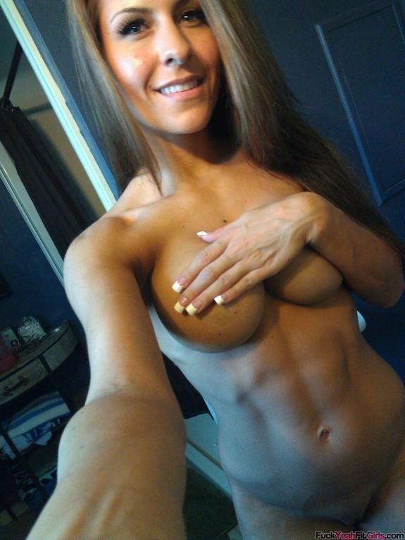 nude-muscle-girl-selfie