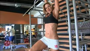 sexy-fit-blonde-at-the-gym